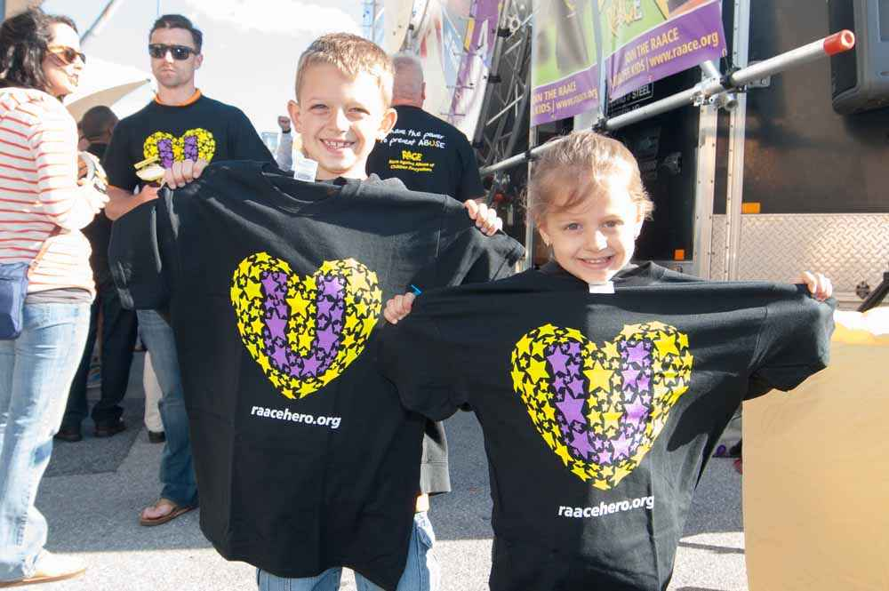 RAACE Fans-young with black U shirt